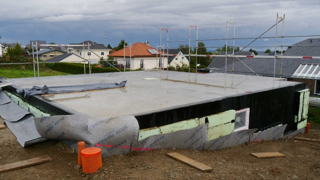 Baugrube fertig Aufbau Gerüst