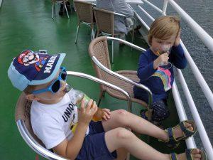 Die Kinder entspannen sich bei der Bigge Schiffstour