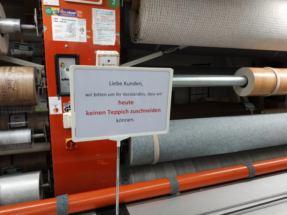 """Ein Schild im Baumarkt mit der Aufschrift """"Heute kein Zuschnitt"""""""