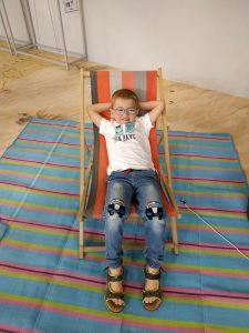Marcel liegt beim Campingmarkt Obelink in einem Strandsessel