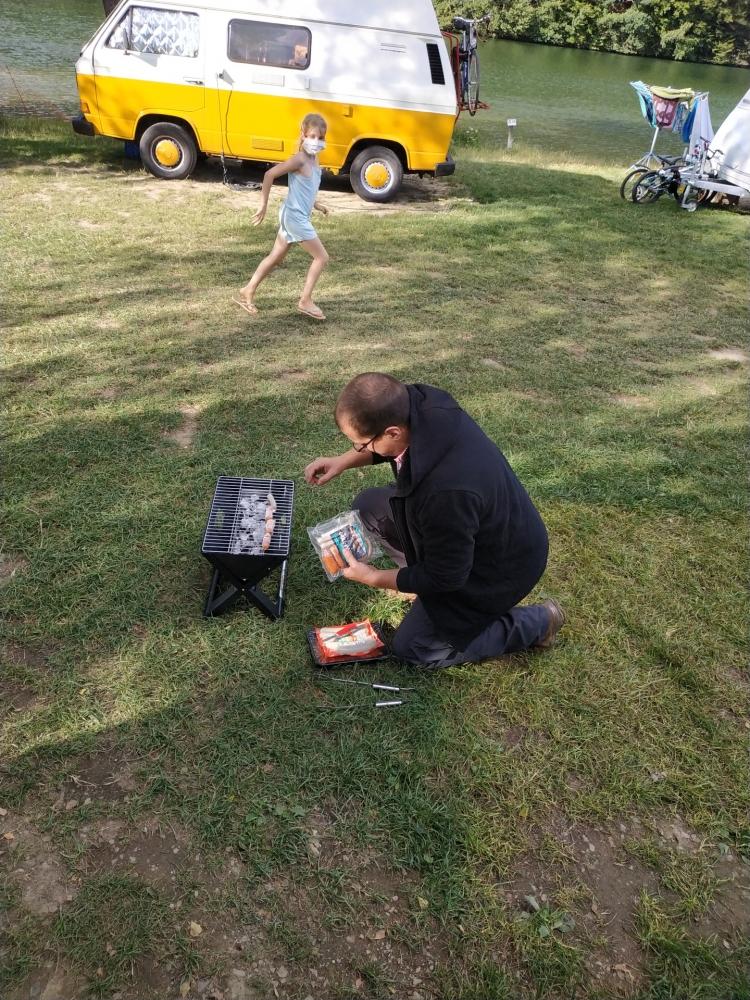 Ich feuere auf dem Naturcamping Biggesee den grill an