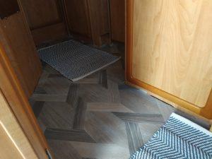 Wir haben einen neuen Fußbodenbelag im Wohnmobil verlegt