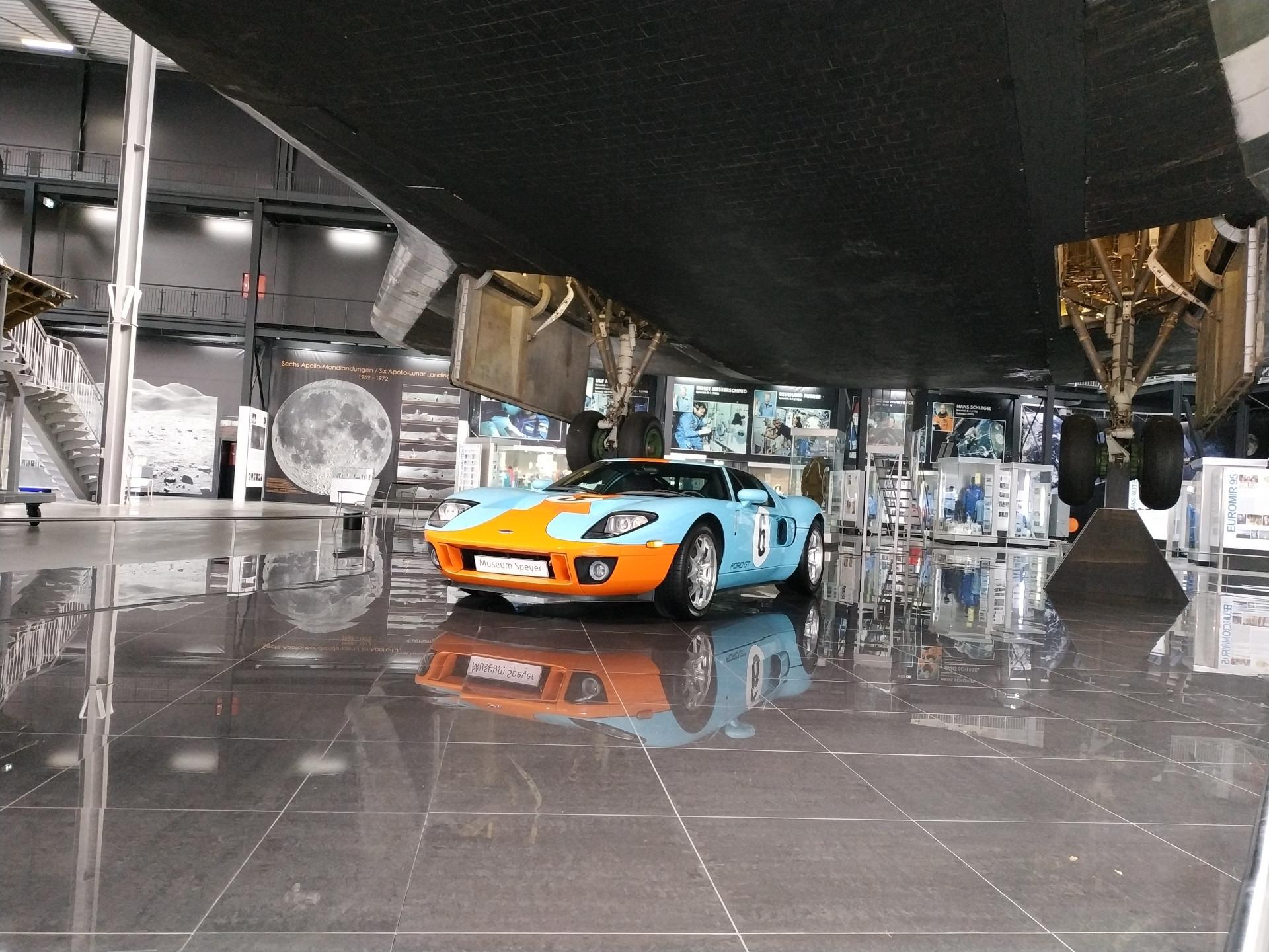 Ein Sportwagen unter der Buran-Raumfähre im Technikmuseum Speyer