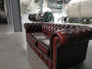 Ein Sofa steht in der Raumfahrthalle des Technikmuseums Speyer